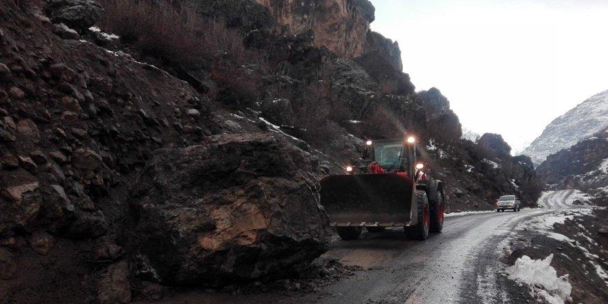 Şırnak Beytüşşebap'ta dev kaya yolu kapattı