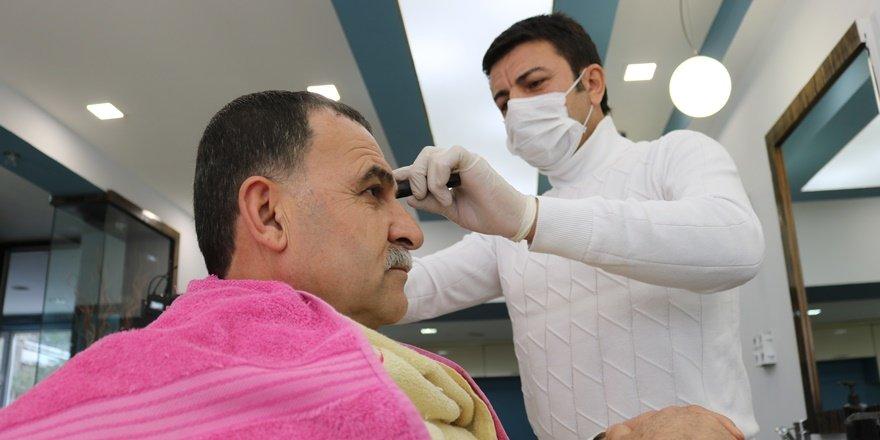 VİDEO - Diyarbakırlı kuaför, yaşlı vatandaşları evde tıraş edecek