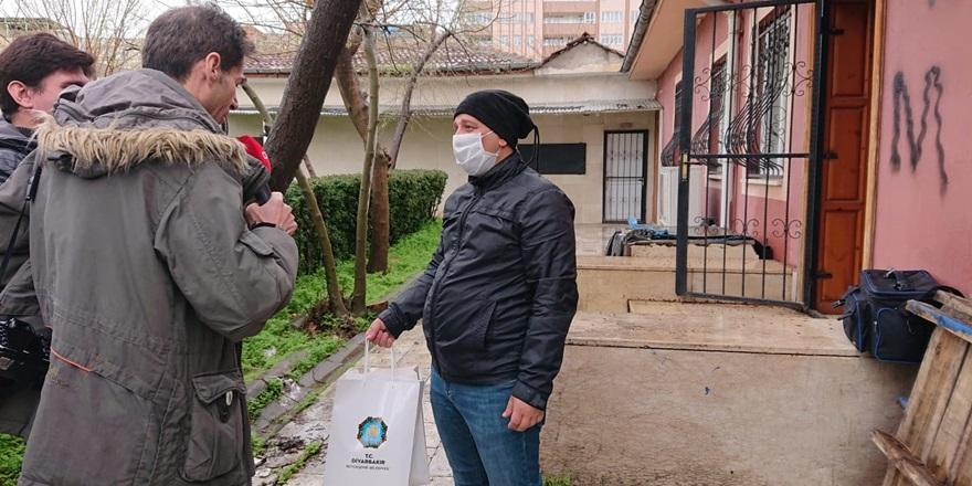 Gazetecilere virüsten korunmaları için malzeme dağıtıldı