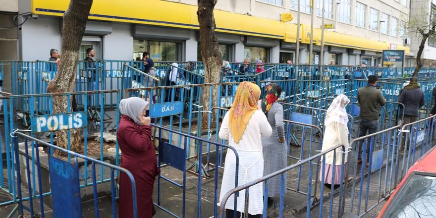 Diyarbakır'da sosyal mesafeyi korumak için bariyer yerleştirildi