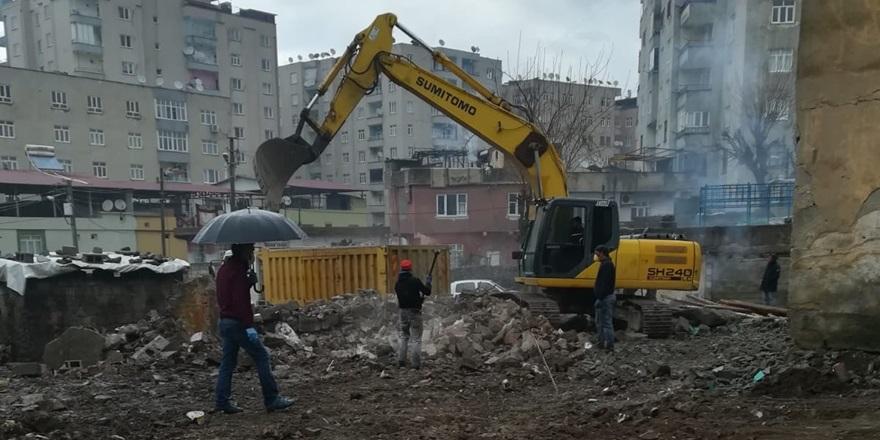 Bağlar Belediyesi riskli yapıları yıkmaya devam ediyor