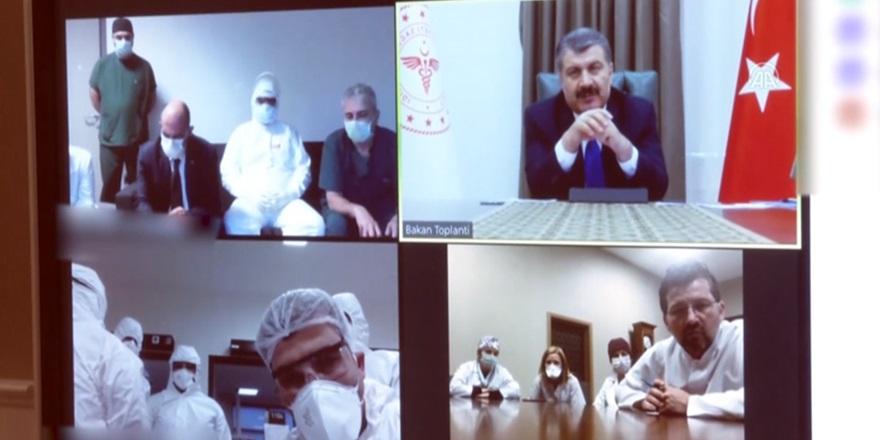 Koca, video konferans yoluyla Kovid-19 hastaları ile ilgili bilgi aldı