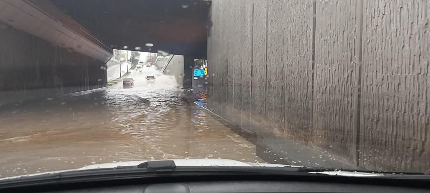 Ofis altgeçit yağmur sularıyla doldu