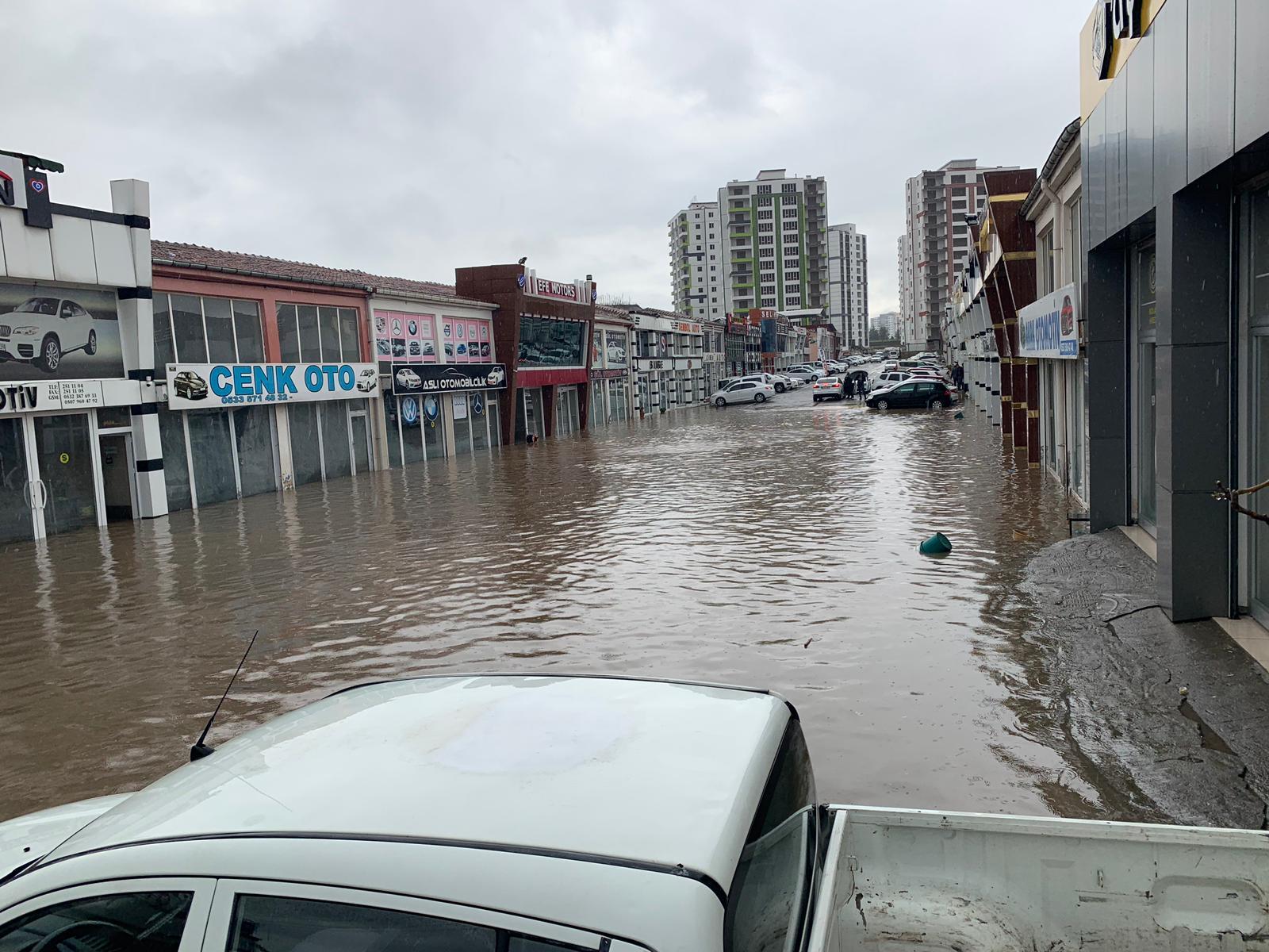 VİDEO - Diyarbakır'da yağmur caddeleri göle çevirdi