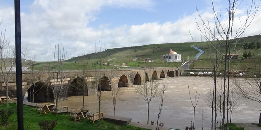Dicle Nehri kıyısında bulunan kafeler sular altında