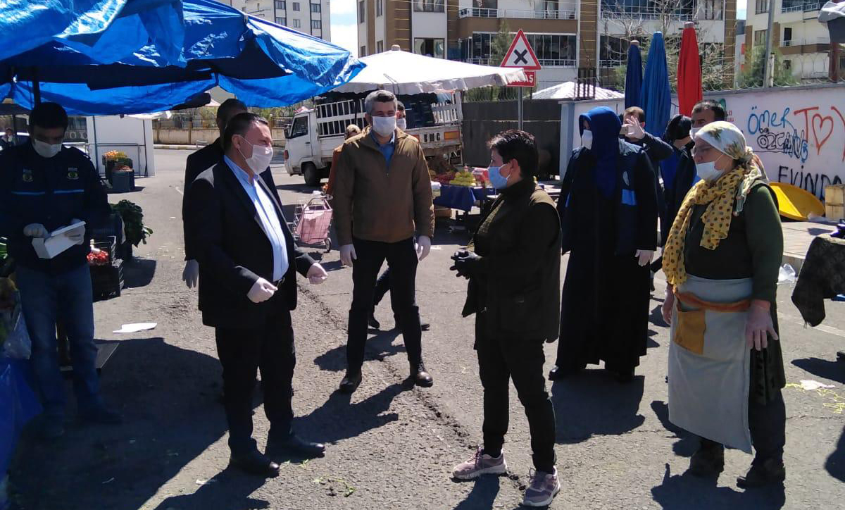 Belediye Başkanı maske ve eldiven dağıttı