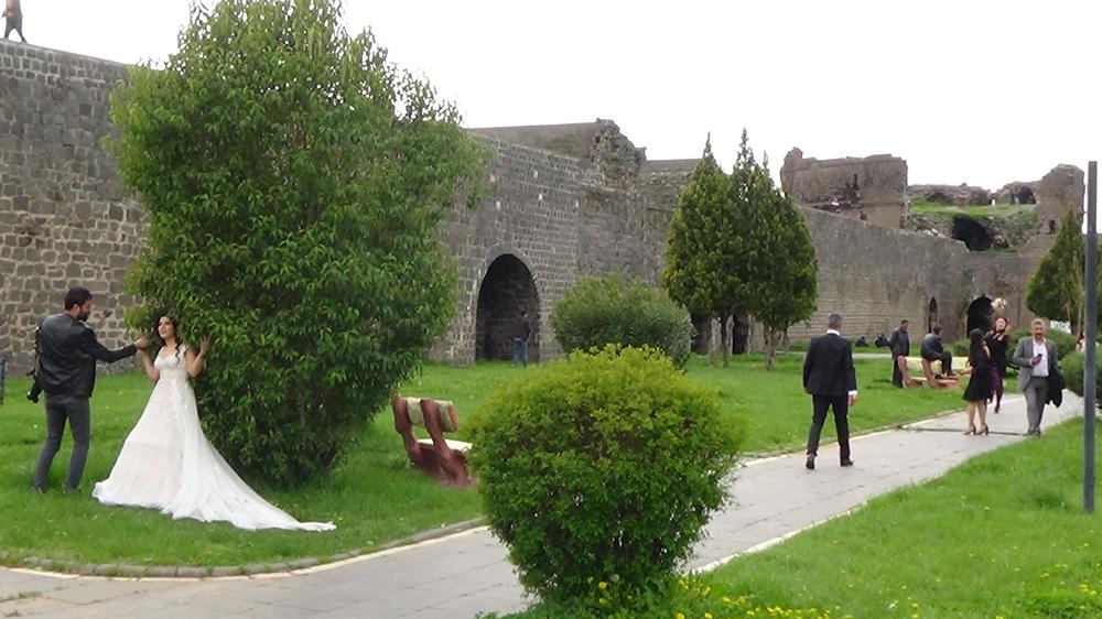 Diyarbakır'da koronayı takan yok, gelin damat bakın ne yaptı!