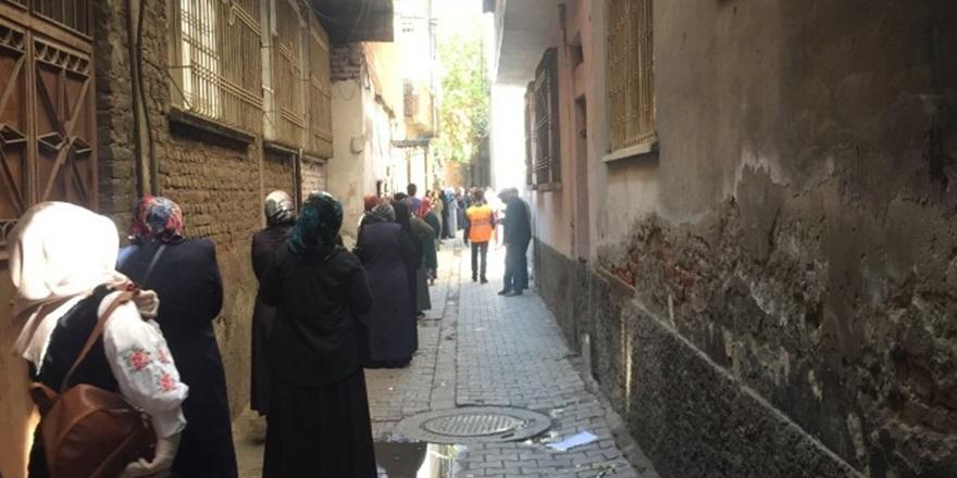Diyarbakır'da yasak sonrası kuyruklar ara sokaklara taştı