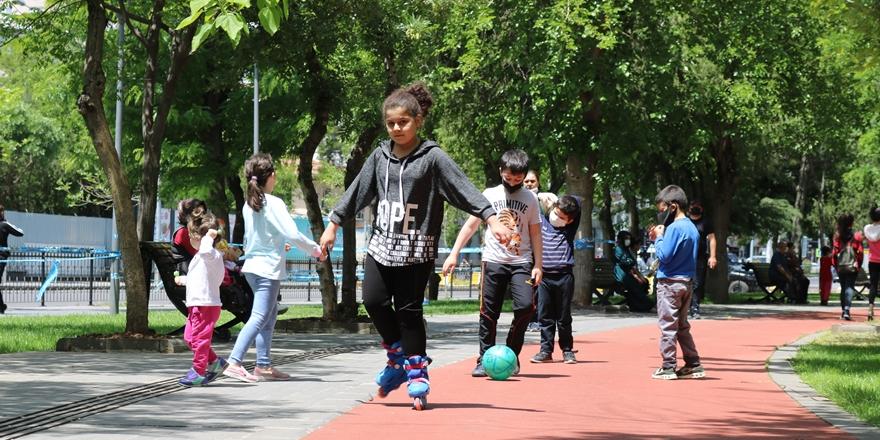 Diyarbakır'da çocuklar uzun zaman sonra sokağa çıktı