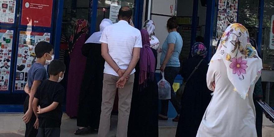 Diyarbakır'da sosyal mesafesiz indirim kuyruğu!