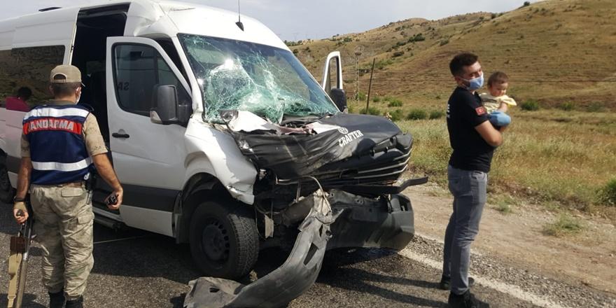 Yolcu minibüsü kamyona çarptı: 7 yaralı