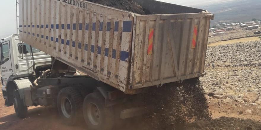 Karacadağ eteklerindeki mezra yol ve beton boru hizmetiyle tanıştı