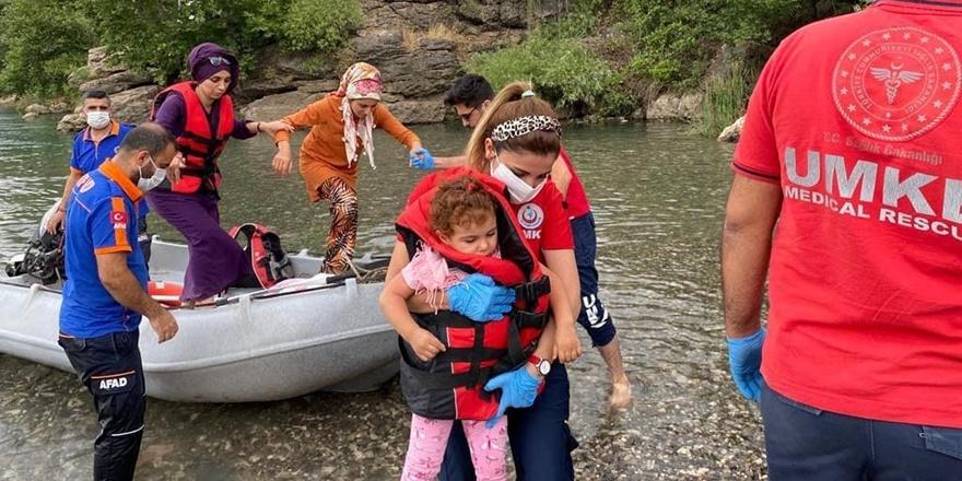 Diyarbakır'da suda mahsur kalan vatandaşlar kurtarıldı