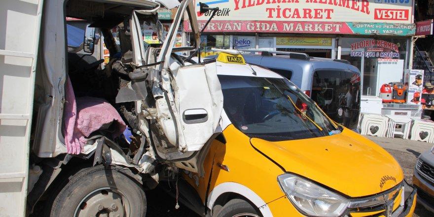 Diyarbakır'da freni patlayan kamyonet kaza yaptı: 2 yaralı