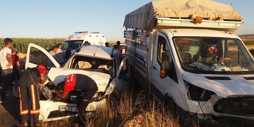 Tarım işçilerini taşıyan kamyonet ile ticari araç çarpıştı: 10 yaralı