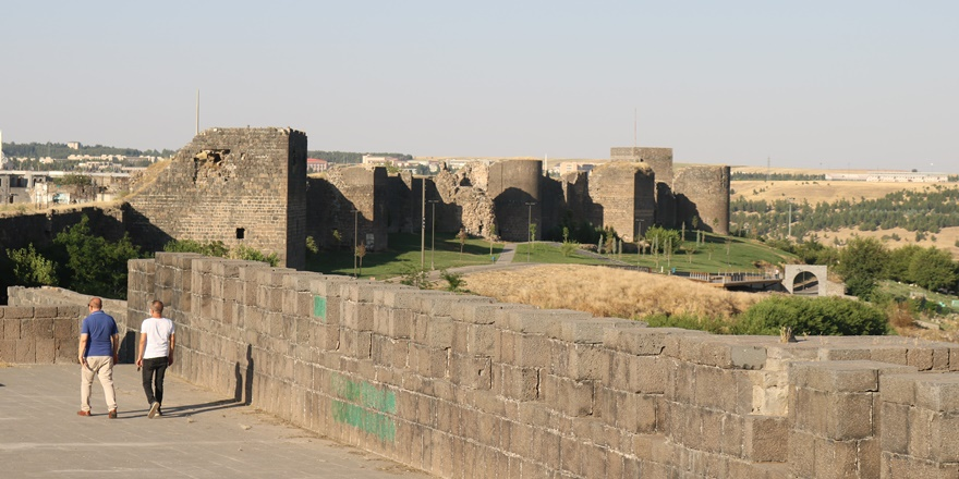Vali Karaloğlu'na 'Diyarbakır surlarına ve turizmine sahip çıkılması' çağrısı
