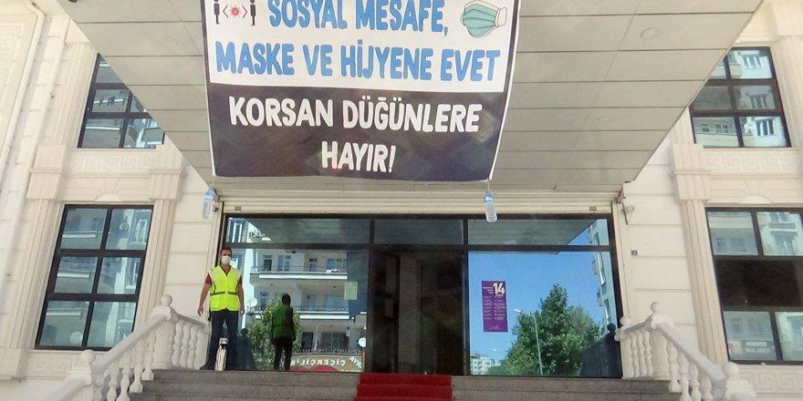 VİDEO - Diyarbakır'daki düğün salonu işletmecileri sokakta düğüne karşı!