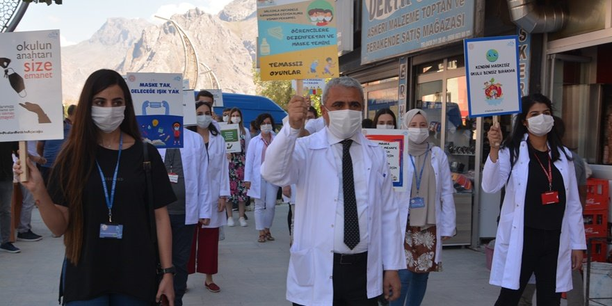 Hakkari'de öğretmenlerden korona farkındalığı için yürüyüş