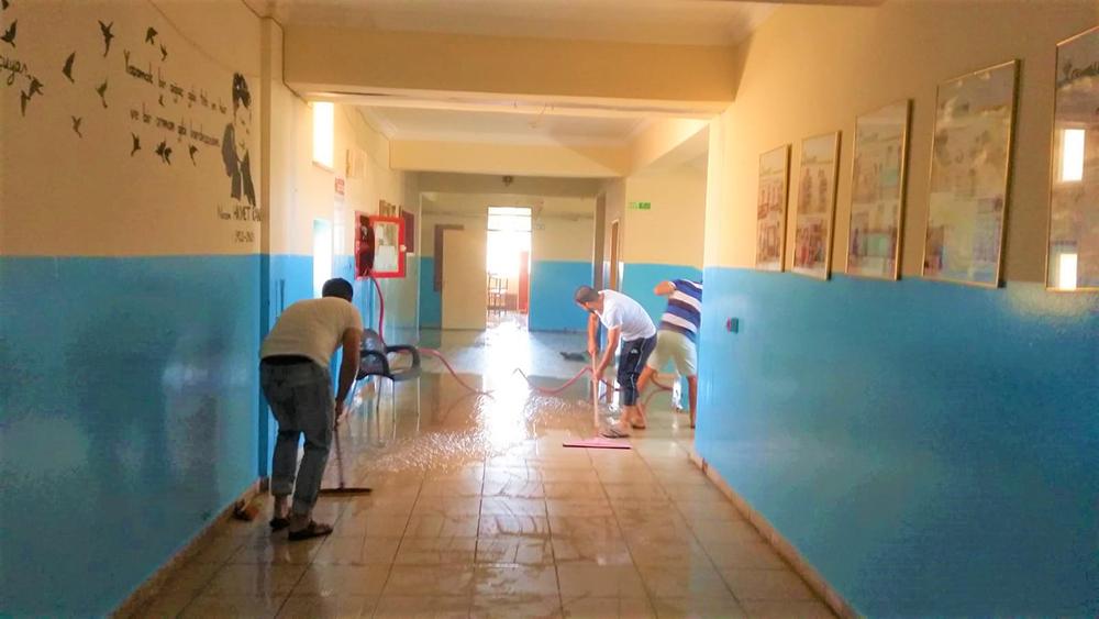 Okulda temizlik personeli olmayınca iş başa düştü!