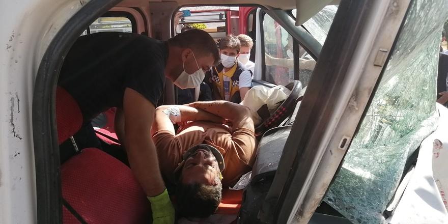 Van'da kamyonet traktöre çarptı: 1 yaralı