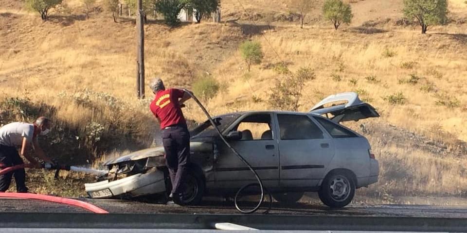Ergani'de seyir halindeki otomobil alev aldı