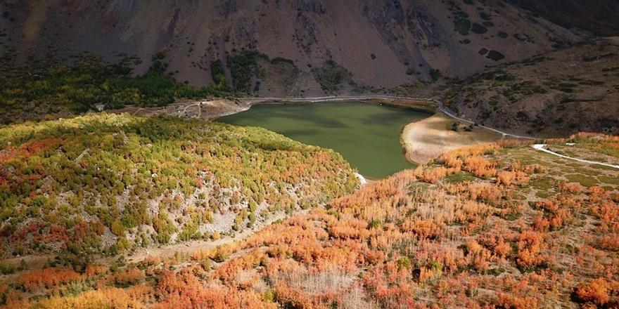 Nemrut Krater Gölü sonbahar güzelliğiyle hayran bırakıyor