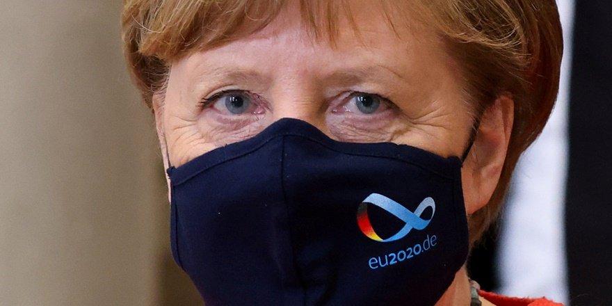 Merkel: İçeride, dışarıda daha az insanla buluşun