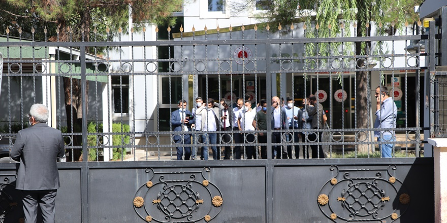 Elçi duruşmasında gerginlik, avukatların polis zoruyla atılması istendi