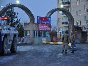 Diyarbakır'da 65 sürgüne D Tipi önünde protesto