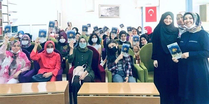 Yazar Ceylan Alkan gençlerle buluştu