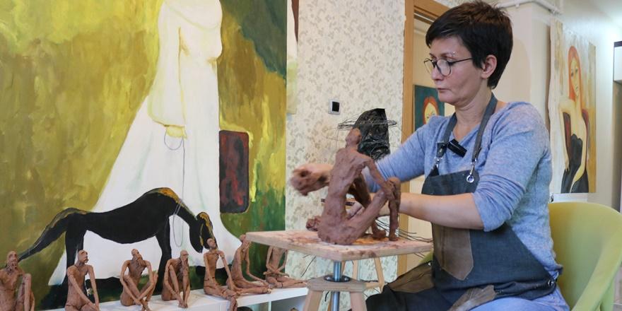 Diyarbakırlı hemşire hem hastaları iyileştiriyor hem de sanatını yapıyor