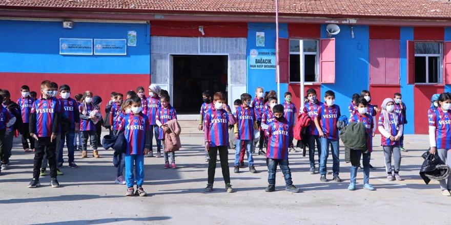 Trabzonsporlu yöneticiden Diyarbakır'daki bordo-mavili takım taraftarlarına forma