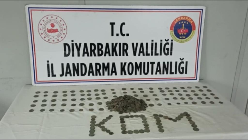 Diyarbakır'da tarihi eser operasyonu: 1001 sikke ele geçirildi