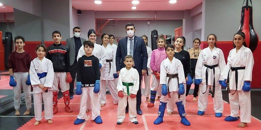 Başkan Delidere Karate milli sporcularını ziyaret etti