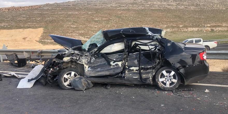 Tır ile otomobilin çarpıştığı kazada baba oğul hayatını kaybetti