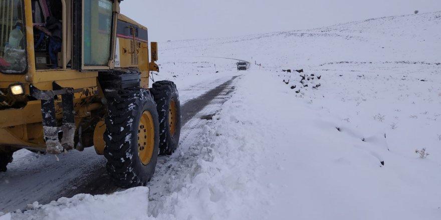 Karacadağ'da karla mücadele sürüyor