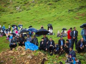 Köylüler, kuruyan tek su kaynağı için duaya çıktılar