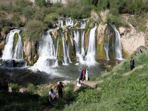 Muradiye Şelalesi her mevsim ayrı güzel