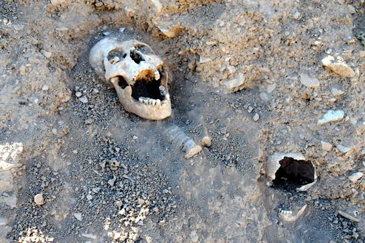 Toplu mezarda 4 kişiye ait kemikler çıkarıldı