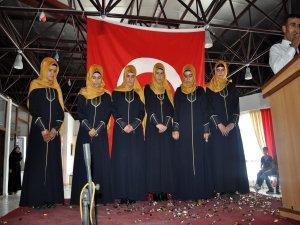 Kur'an'ı öğrenen genç kızlara taç giydirildi