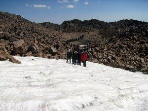 Dünya barışı için Süphan Dağı'na tırmandılar