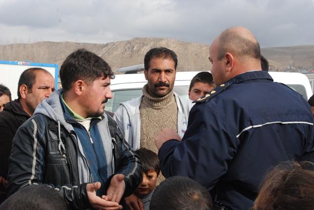 Erciş'te depremzedeler polis zoru ile sokağa atılıyor