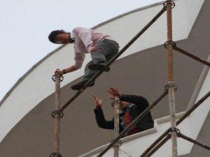 İntihar etmek isteyen genç kızı inşaat işçisi kurtardı