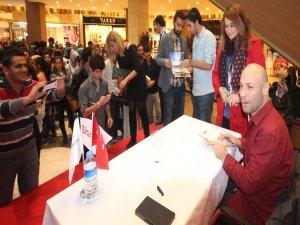 Ünlü yazar Kahraman TAZEOĞLU Şanlıurfa'da kitaplarını imzaladı