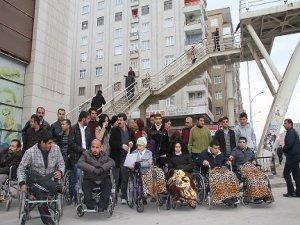 Diyarbakır'daki üstgeçitlere 'engelli' protestosu
