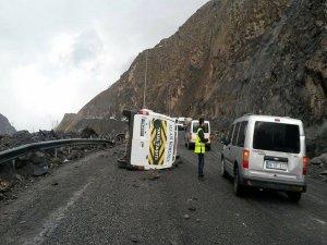 Hakkari'de yola düşen kayaların çarptığı midibüs devrildi: 3 yaralı