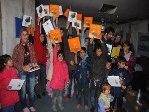 Depremzede çocukların yüzü Kürtçe kitapla güldü
