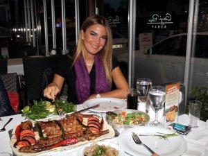 Ünlü sunucu Özlem Yıldız, Adana'ya her gelişinde soluğu kebapçıda alıyor.