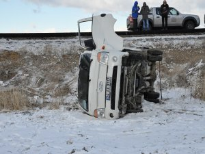 Buzlu yolda kayan kamyonet şarampole devrildi: 5 yaralı