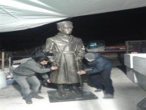 Atatürk heykelini yerinden söktü